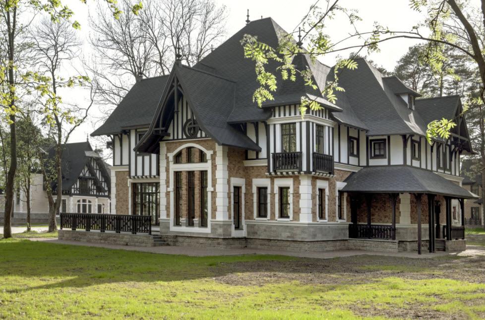 двухэтажный дом с оригинальной конструкцией крыши