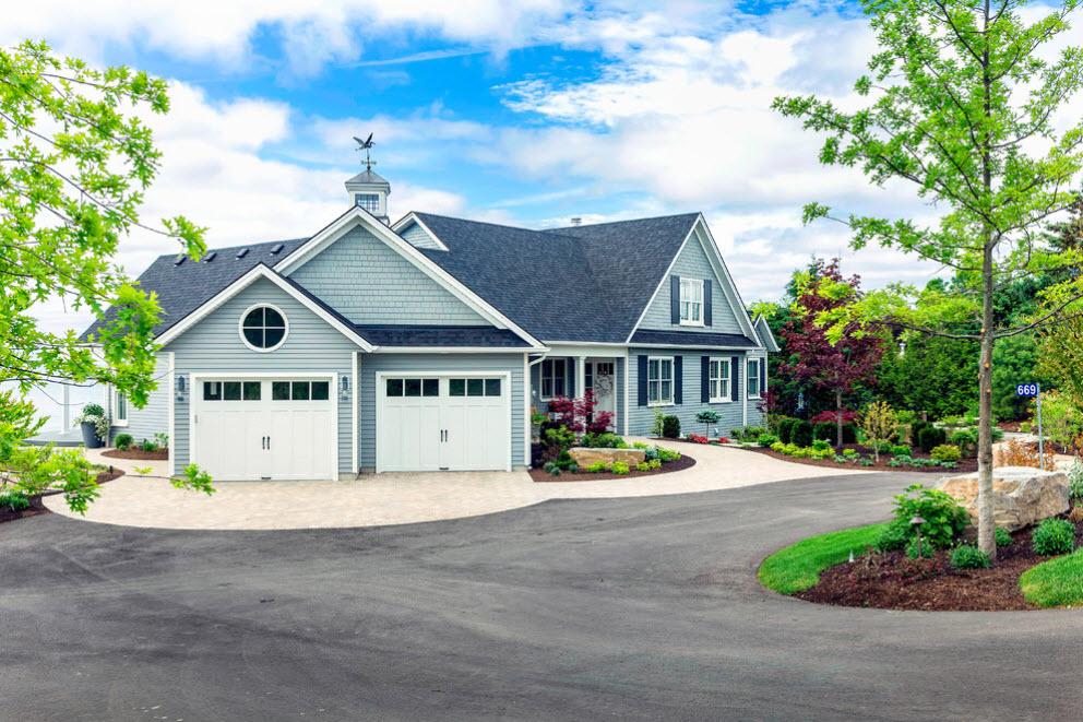 деревянный дом с двумя гаражами