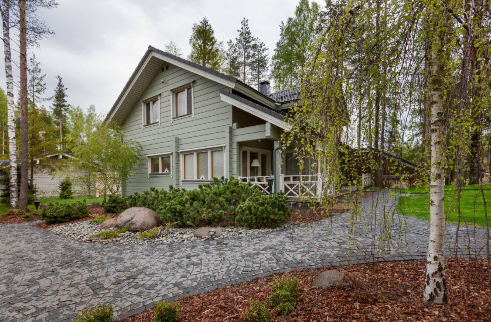дом в серых тонах с двухскатной крышей