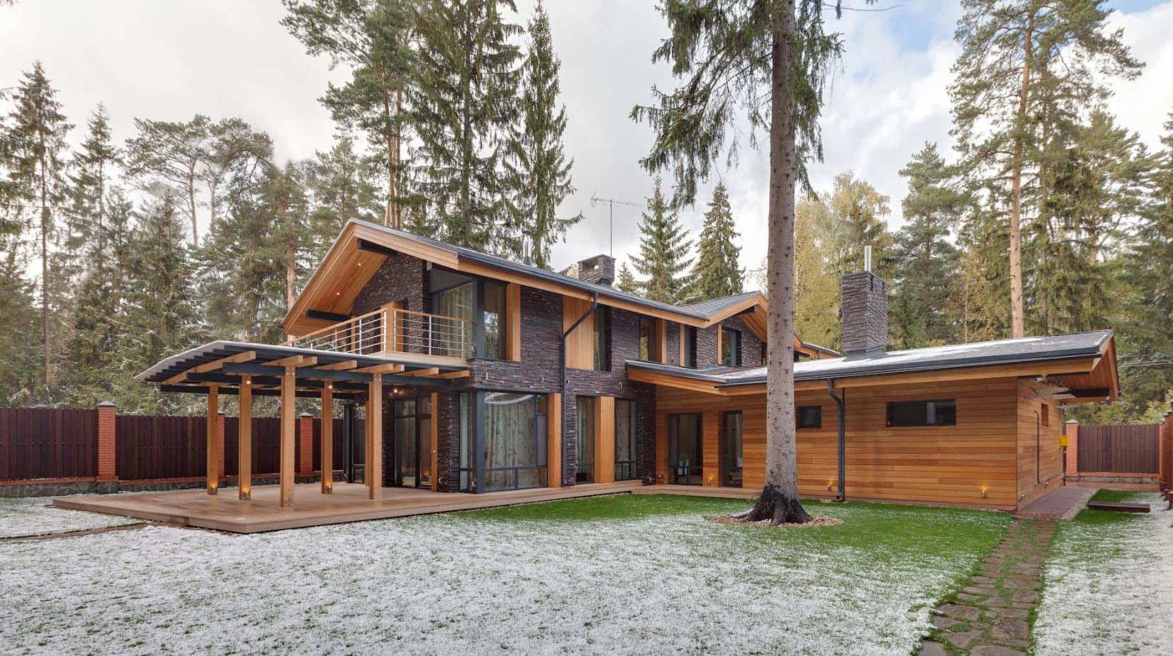 дом из дерева и кирпича с двухскатной крышей