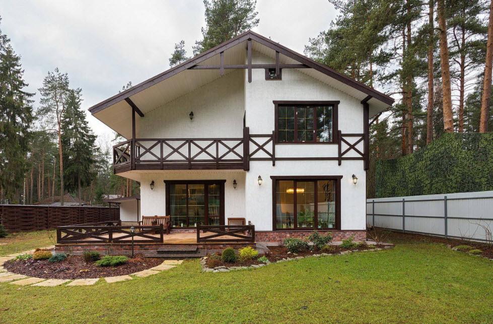 дом с балконом и двухскатной крышей