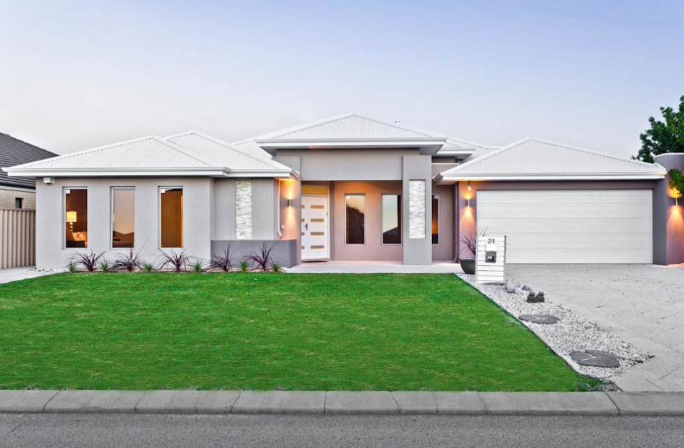 дом с белой крышей, гаражом и мягким освещением