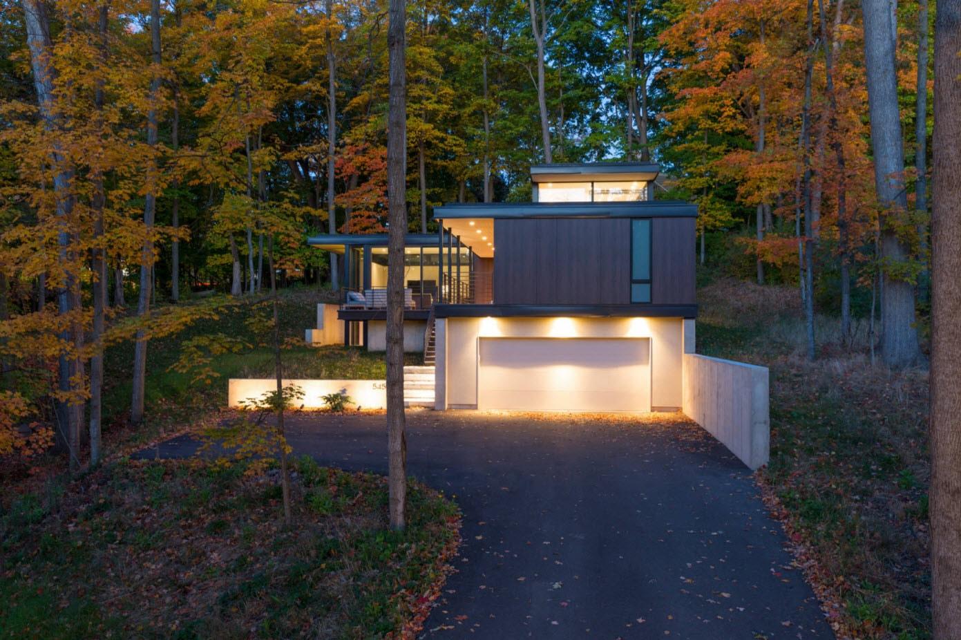 дом с гаражом и плоской крышей в лесу