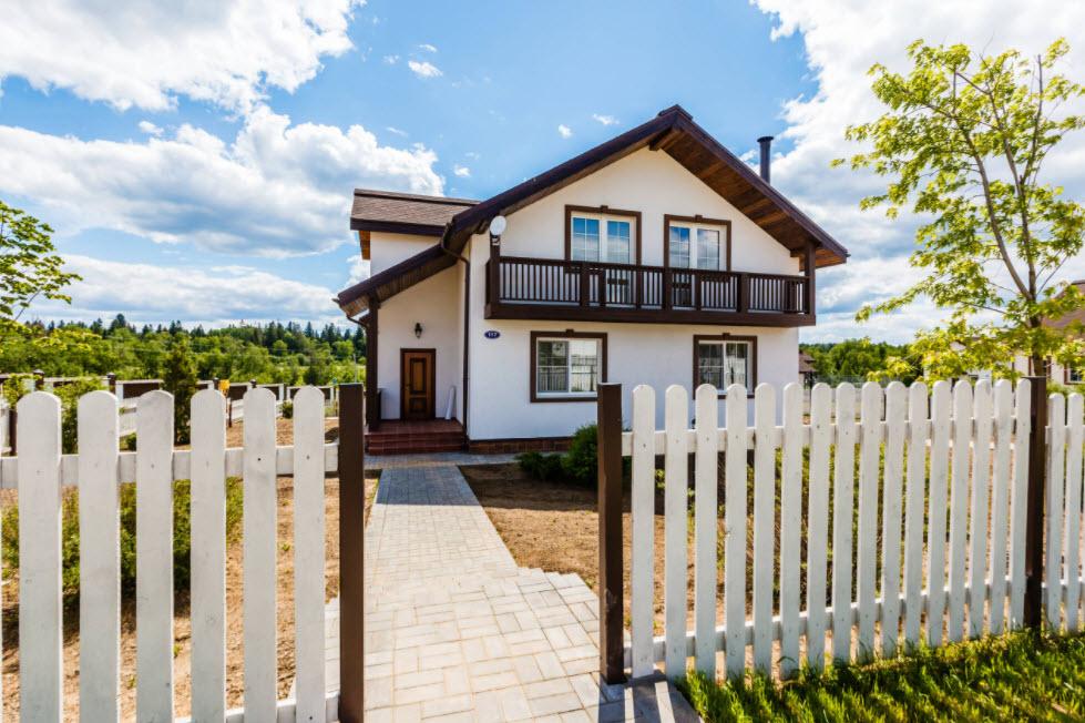 дом с двухскатной крышей в бело-коричневом оформлении