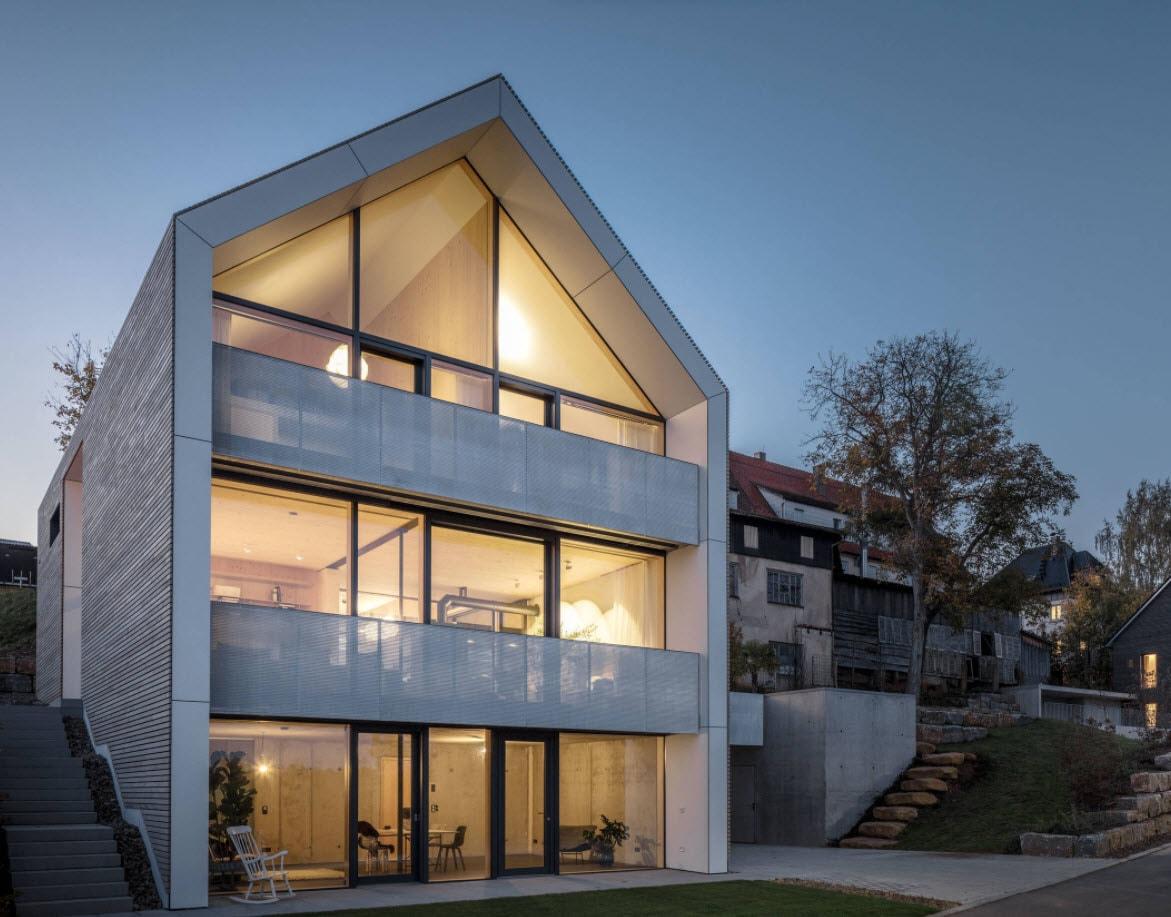 дом с двухскатной крышей и стеклянными стенами