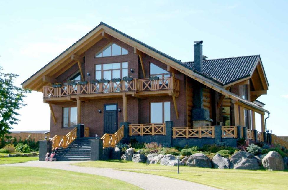 кирпичный дом с деревянной отделкой