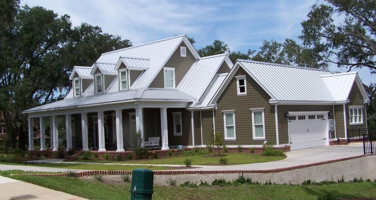 коричневый дом с гаражом и необычной белой крышей