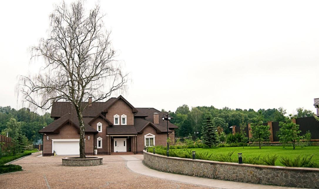 красивый фасад дома в коричневом цвете