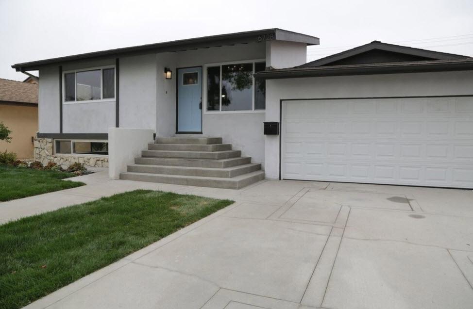 небольшой дом с гаражом серого цвета