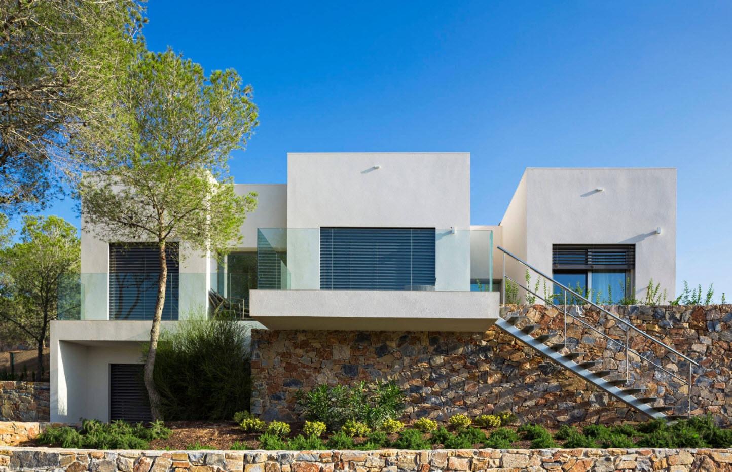 необычная постройка дома с плоской крышей и гаражом
