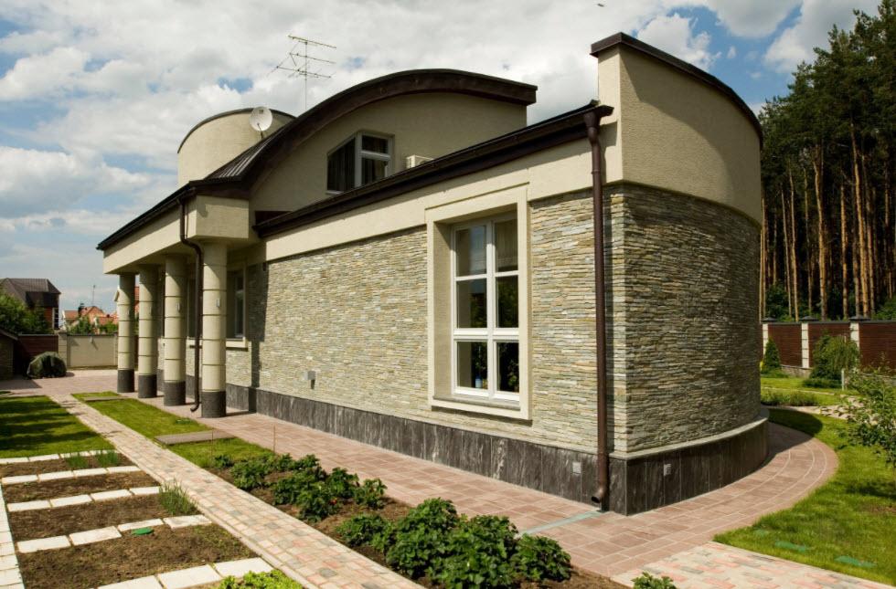 необычный фасад дома с колонами