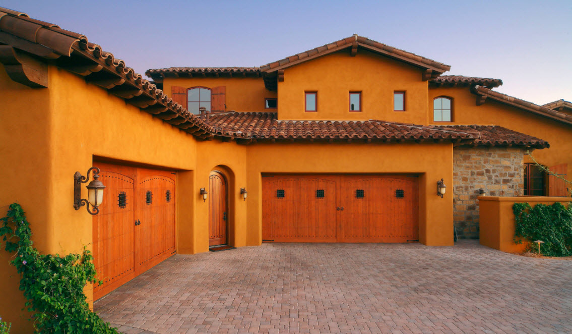 оранжевый дом с гаражом