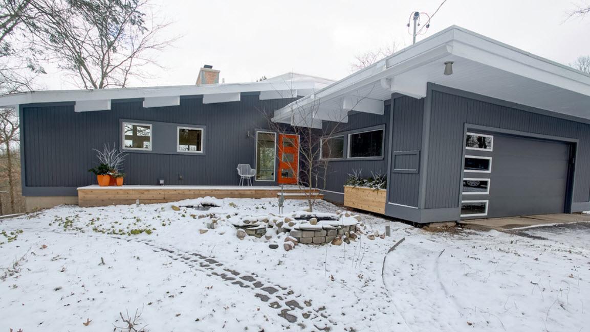 плоская белая крыша на сером доме с гаражом
