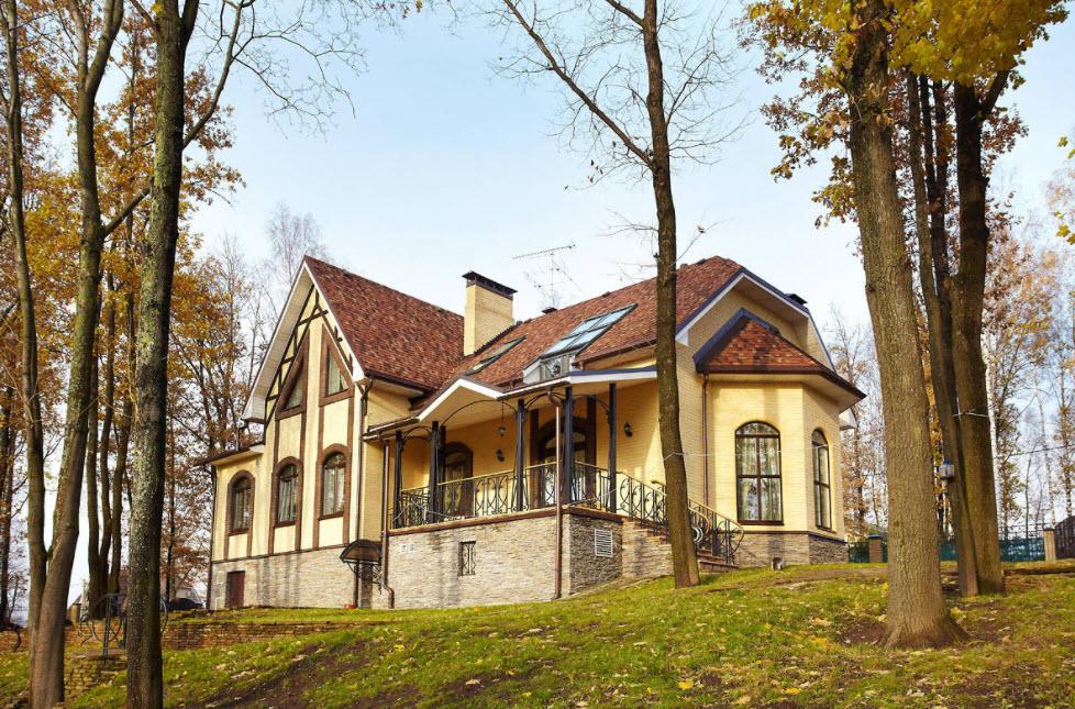 светло-желтый дом с коричневой крышей