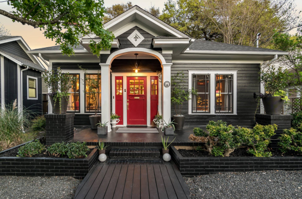 фасад дома в темных тонах с красной входной дверью