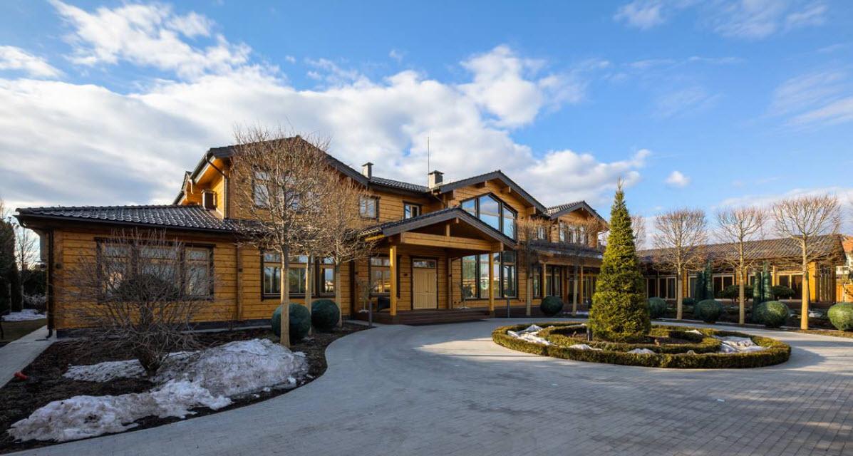 фасад огромного дома из дерева с темной крышей