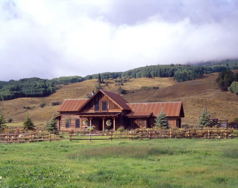 домик с горах с кровлей из профнастила