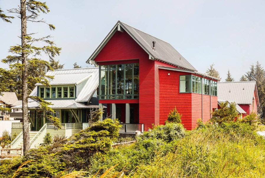 дом из красного кирпича с двухскатной крышей из профнастила