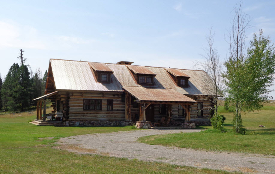 дом из натурального дерева с крышей из профнастила