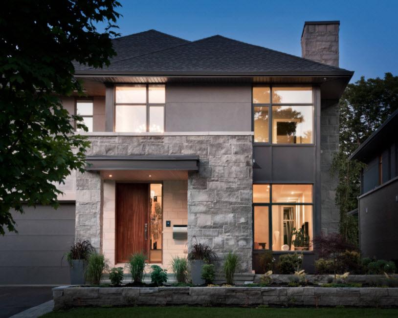 каменный фасад дома с четырехскатной крышей