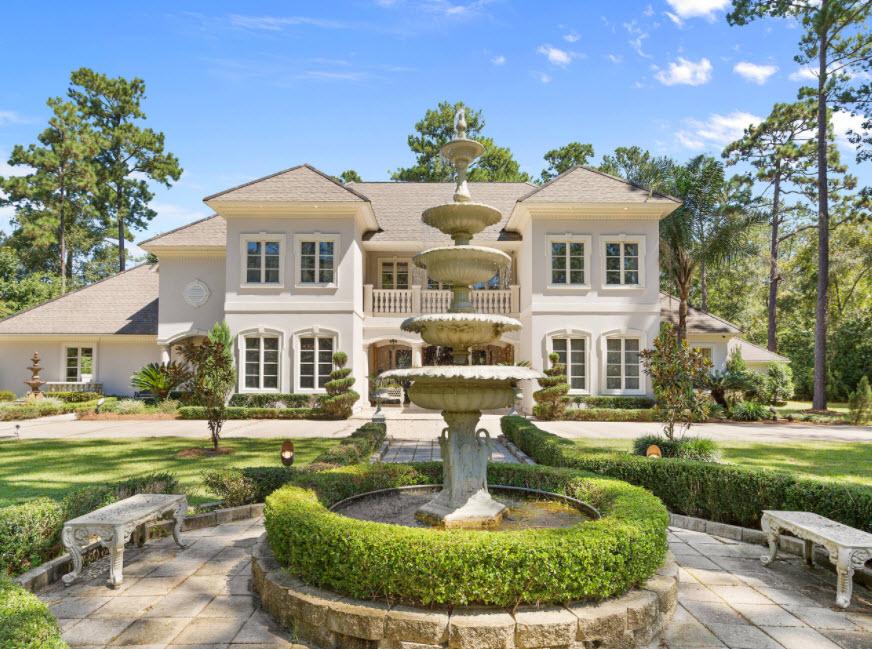 красивый дом с фонтаном у фасада