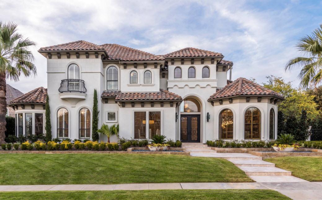 красивый фасад двухэтажного дома с металлочерепичной крышей