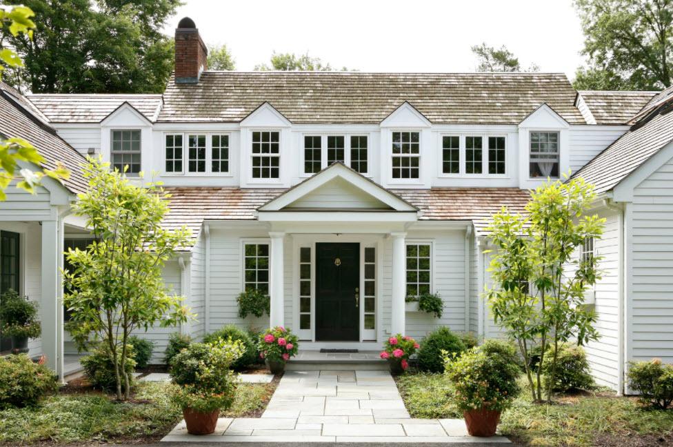 красивый фасад дома с крышей из гибкой черепицы