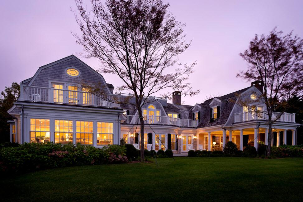 красивый фасад дома с ломаной крышей