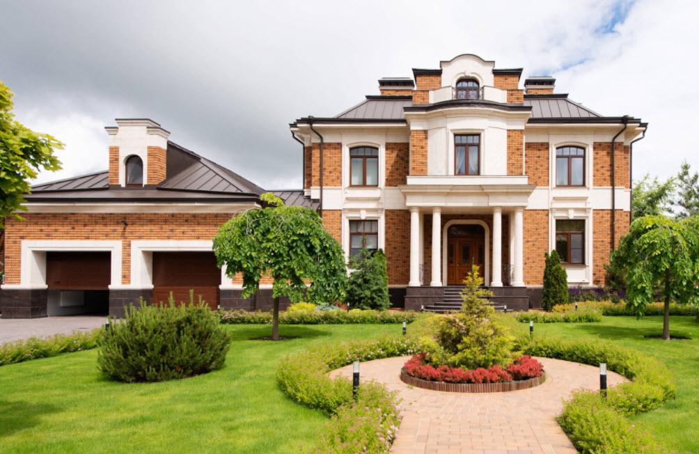 необычный фасад дома с темной крышей