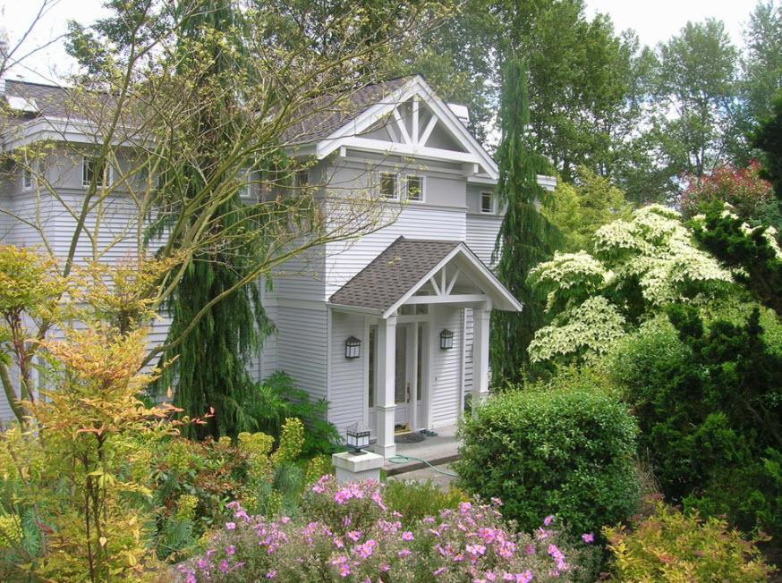 оригинальный фасад светло-серого дома