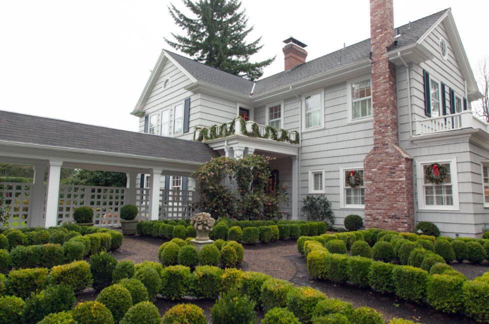 светло-серый двухэтажный дом