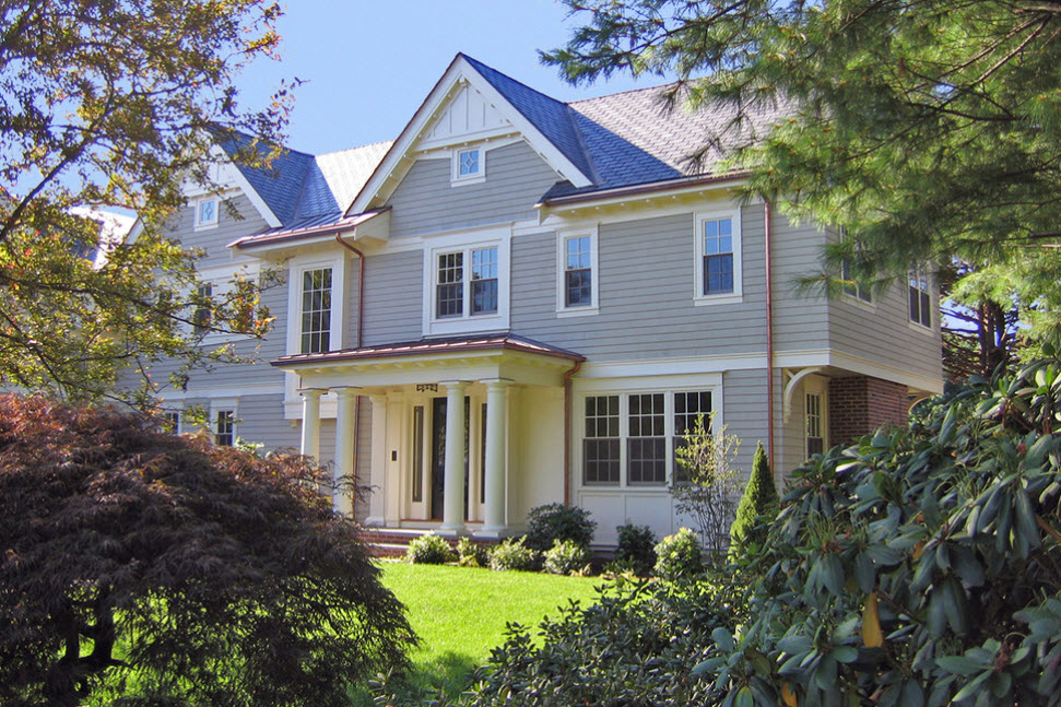 светло-серый дом в сочетании с синей крышей