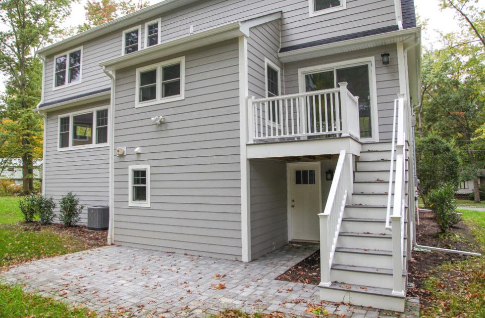 светло-серый дом с лестницей