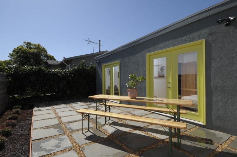 серый дом с зелеными окнами