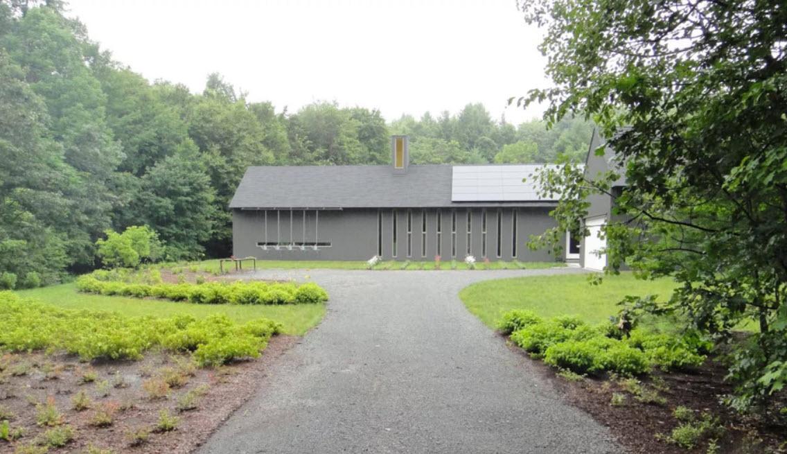 серый дом с оригинальными узкими окнами