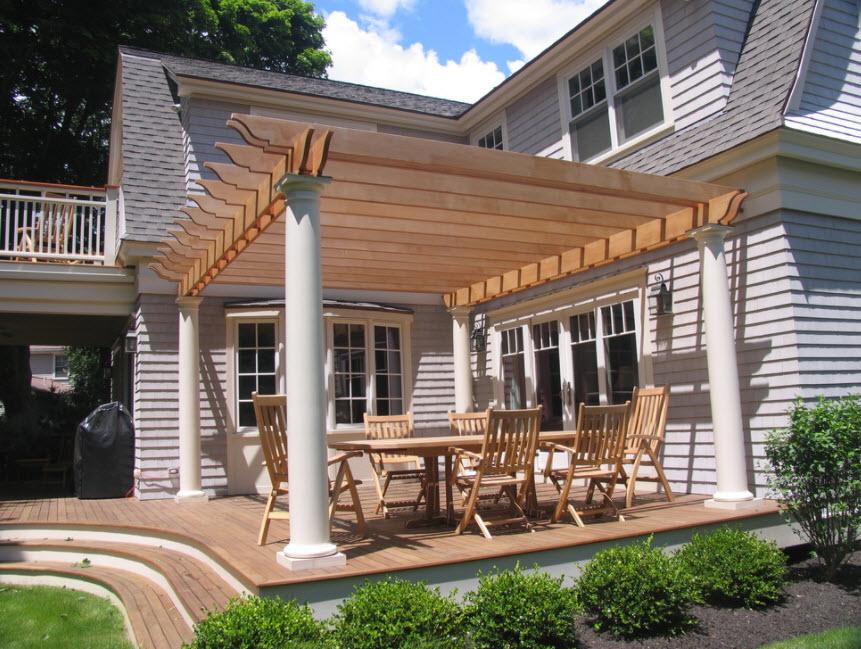 серый дом с элементами деревянного декора