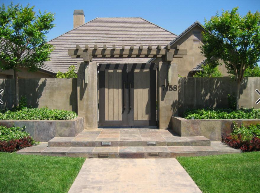 фасад дома в светло-коричневых тонах