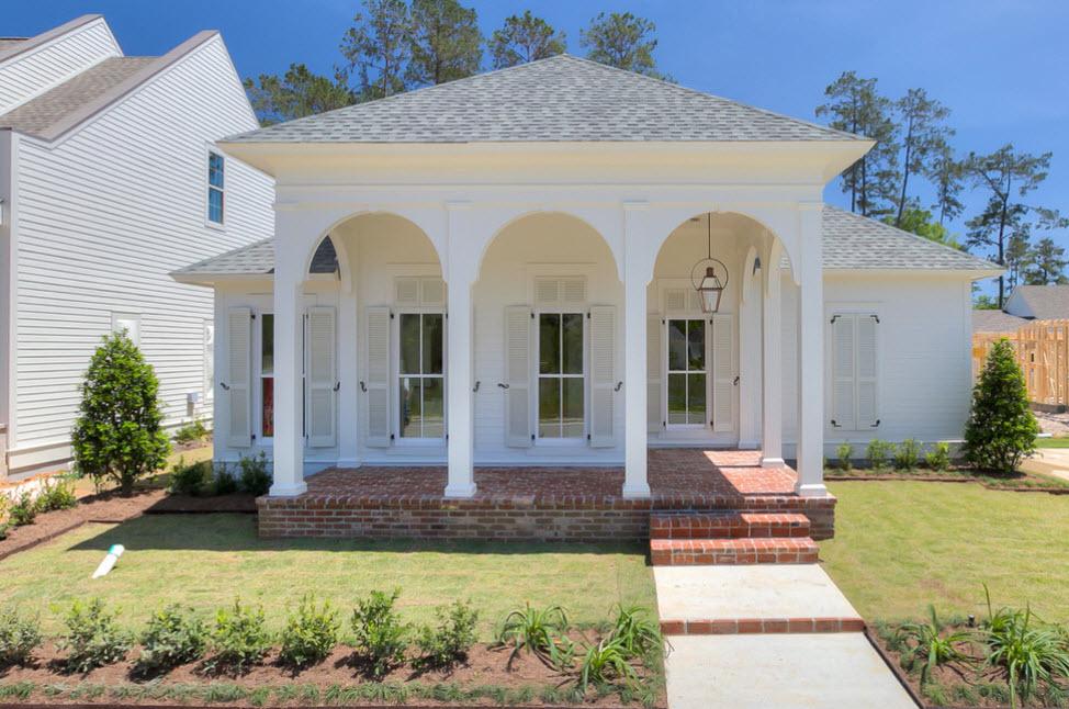 фасад дома с арками и четырехскатной крышей