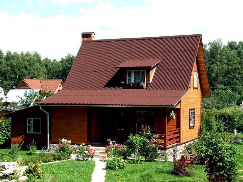 дом одноэтажный с открытой террасой и мансардной крышей