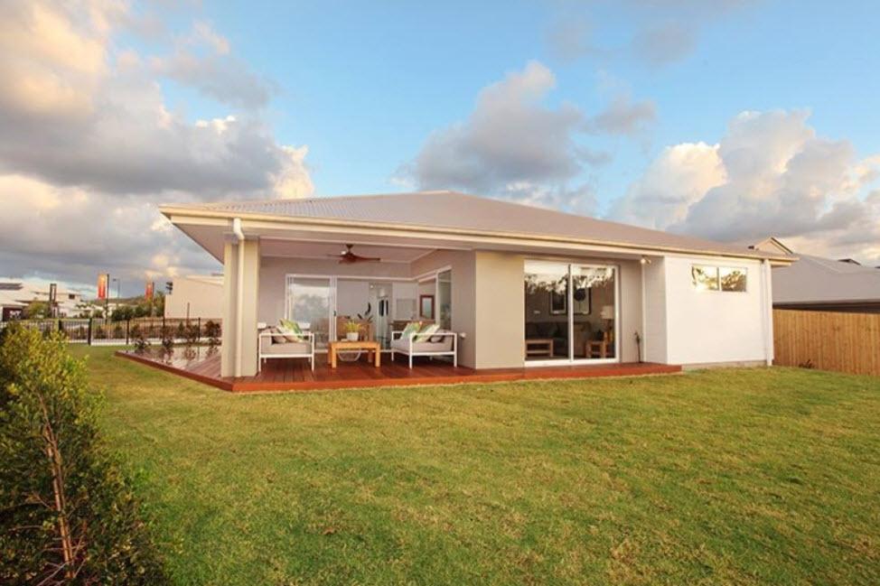 дом с белой крышей и открытой террасой