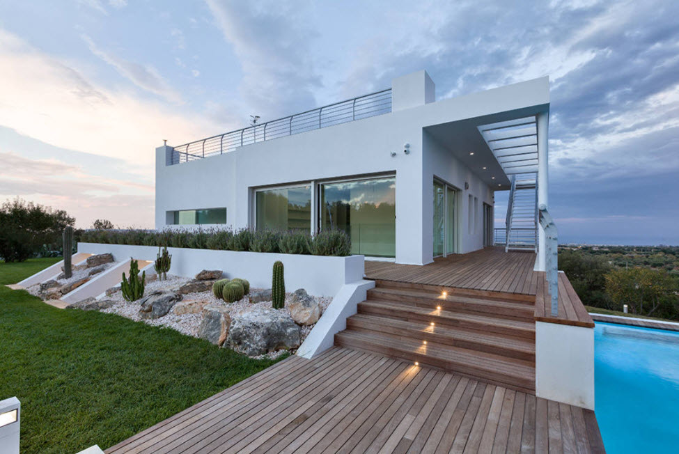 дом с лестницей на террасе