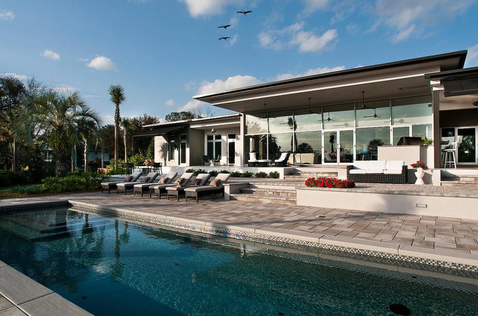 дом с террасой у бассейна