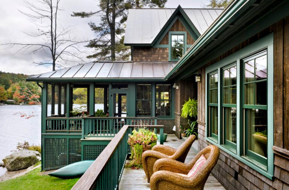 загородный дом с мансардой и террасой под фальцевой крышей
