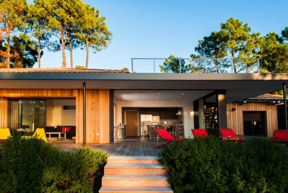 интересный фасад дома с террасой