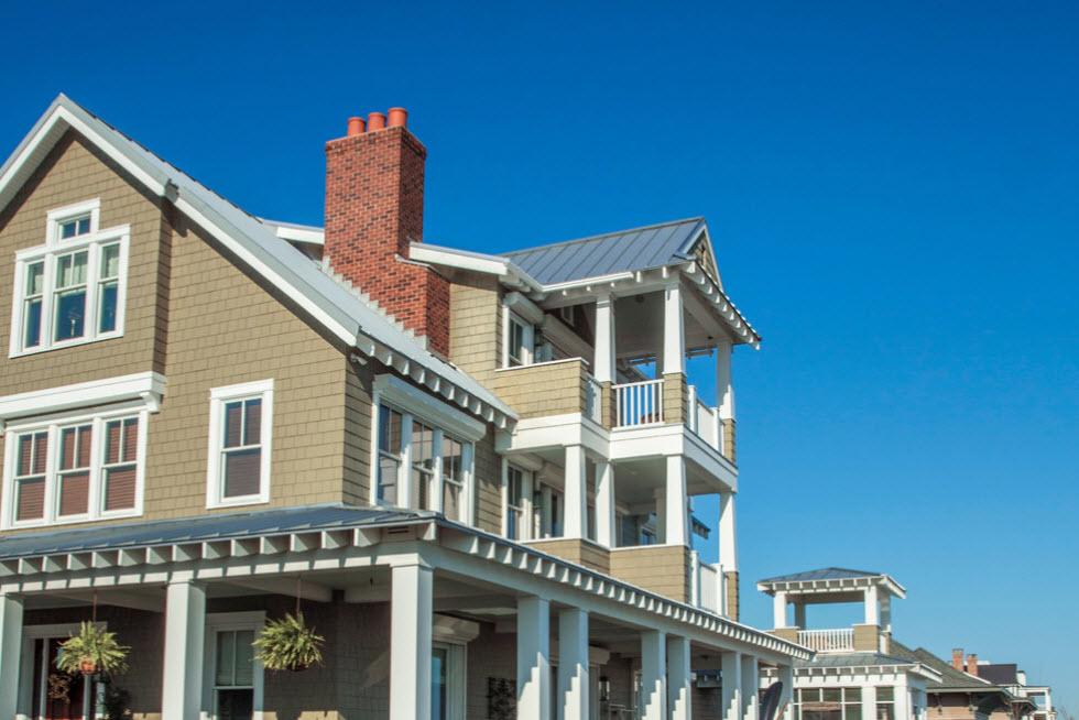 голубая крыша серого дома