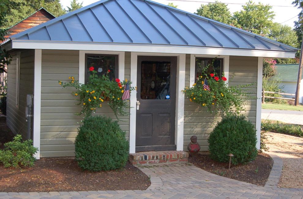 гостевой домик с синей крышей