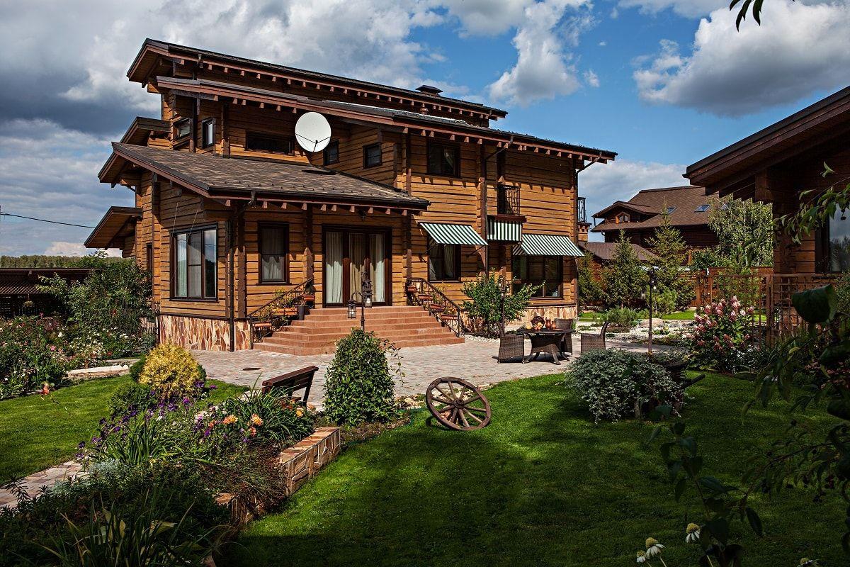 деревянный домик с деревенской стилизации