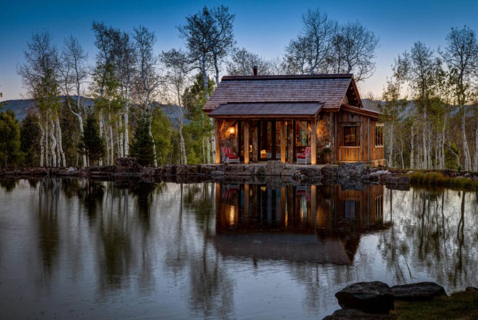деревянный домик с крышей из мягкой черепицы