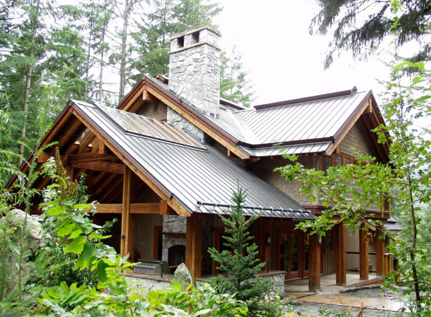 деревянный домик с фальцевой крышей