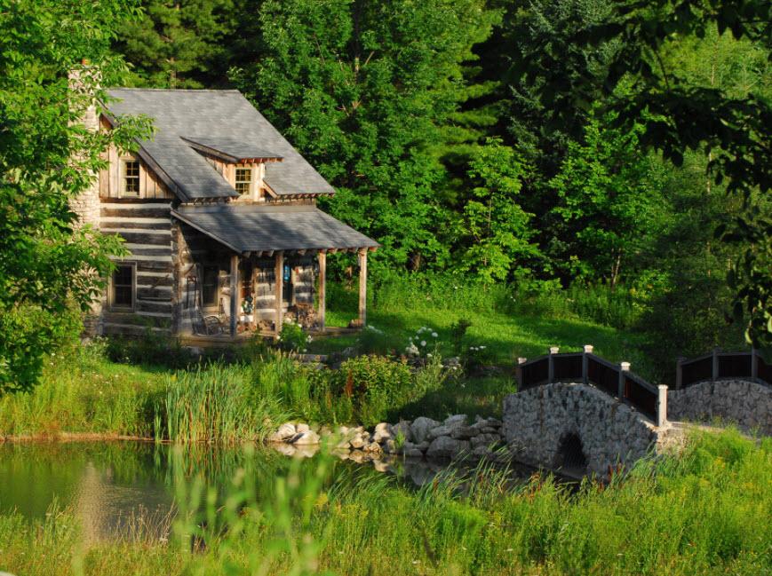 домик в лесу с крышей над крыльцом